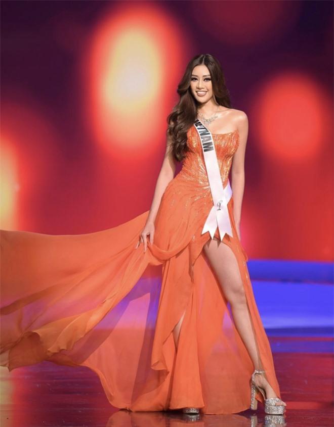 Khánh Vân diện đồ bảo hộ kín bưng, sẵn sàng cách ly ngay khi về quê nhà sau 1 tháng chinh chiến Miss Universe! - Ảnh 7.