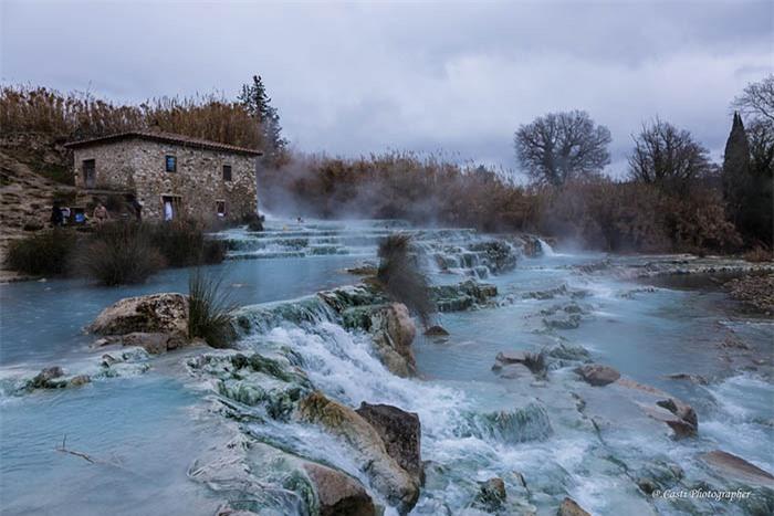 Lạ lùng suối nước nóng màu xanh ngọc lam, du khách mê mẩn quên lối về 1
