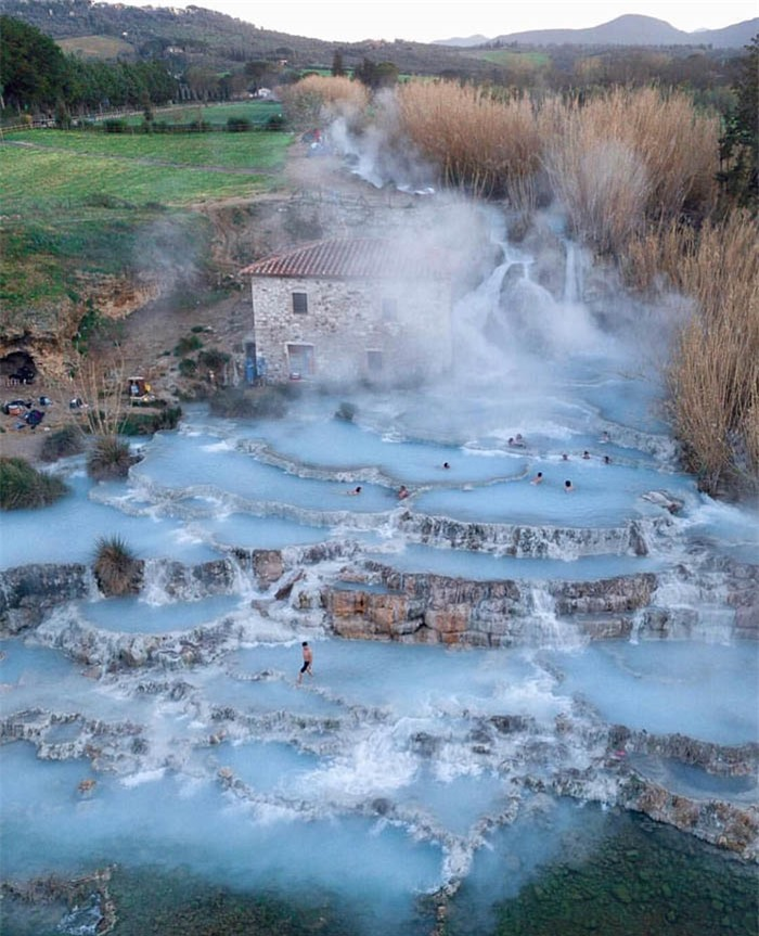 Lạ lùng suối nước nóng màu xanh ngọc lam, du khách mê mẩn quên lối về 4