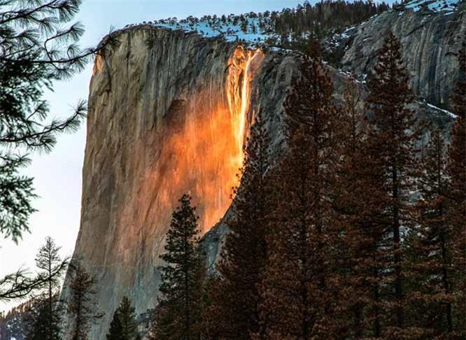 Lạ lùng thác nước rực cháy trông như nham thạch đang chảy xuống 1