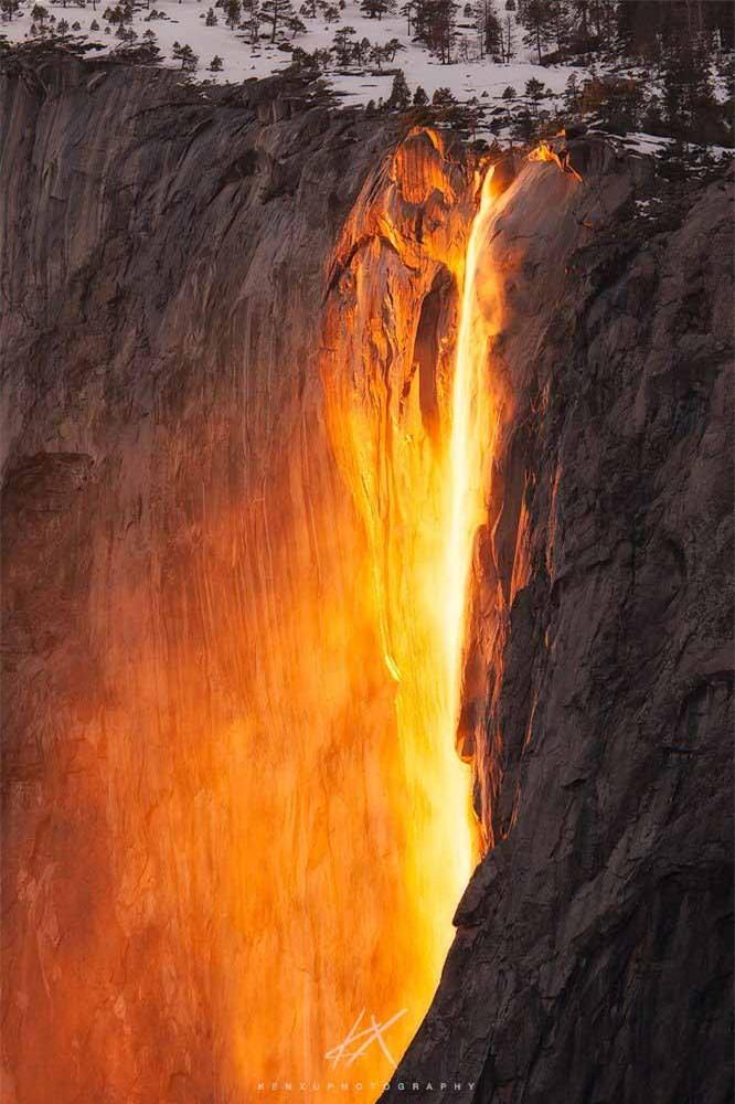 Lạ lùng thác nước rực cháy trông như nham thạch đang chảy xuống 2
