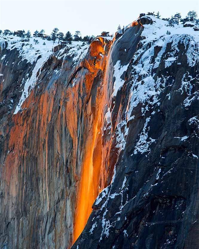 Lạ lùng thác nước rực cháy trông như nham thạch đang chảy xuống 4