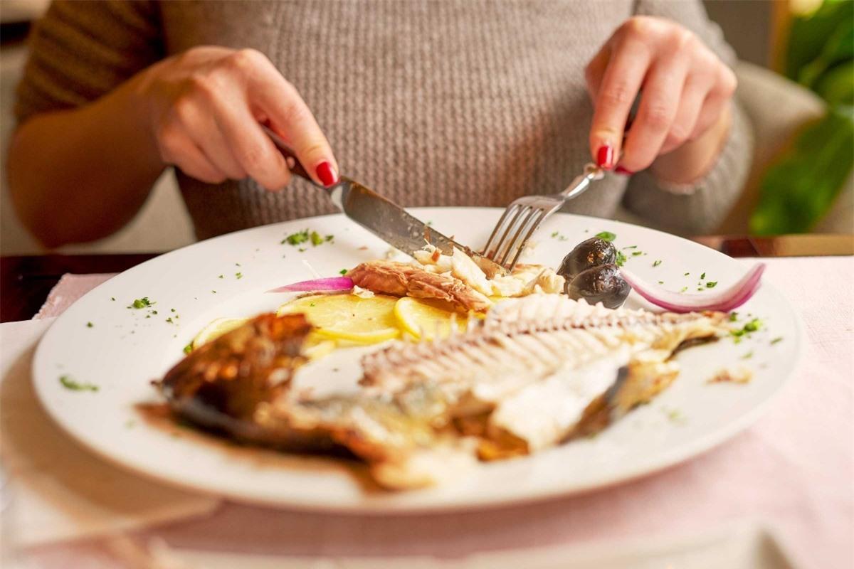 Mùi tanh: Nếu cơ thể bạn có mùi tanh như cá, có thể bạn đang mắc một chứng rối loạn trao đổi chất có tên là hội chứng mùi cá. Đây là tình trạng cơ thể không thể phân rã một số hợp chất có trong các thực phẩm giàu protein, khiến mồ hôi, hơi thở và nước tiểu có mùi tanh như cá.