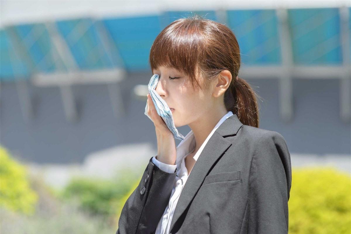 Mùi hôi đi kèm với tình trạng vã mồ hôi: Nếu cơ thể bạn có mùi hôi, cộng với tình trạng đổ mồ hôi không kiểm soát mà không rõ nguyên nhân, có thể bạn đã mắc hội chứng tăng tiết mồ hôi.