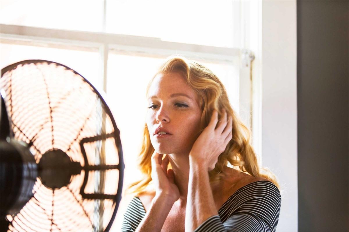 Mùi cơ thể sau khi bốc hỏa: Nếu cơ thể bạn có mùi hôi sau khi bốc hỏa, có thể bạn đang mang thai hoặc đang trải qua thời kỳ mãn kinh. Cả hai giai đoạn sinh lý này đều gây những thay đổi lớn về nội tiết, khiến bạn bỗng dưng thấy nóng hừng hực, sau đó vã mồ hôi.