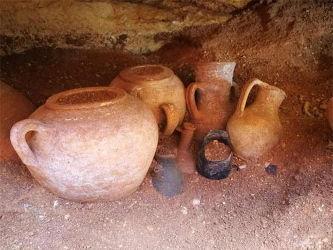 Đào ống nước, lọt vào hầm mộ 2.000 năm đầy cổ vật quý - Ảnh 3.