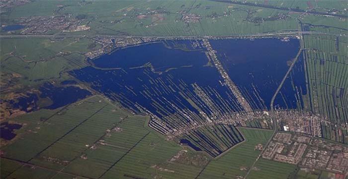Người dân xây nhà sống trên hồ nước kỳ lạ, khung cảnh từ trên cao khiến ai cũng sửng sốt 1