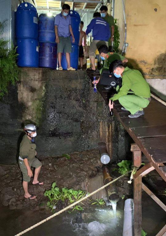 Cảnh sát môi trường - Công an tỉnh An Giang bắt quả tang chợ đầu mối thủy hải sản xả thái ra môi trường.