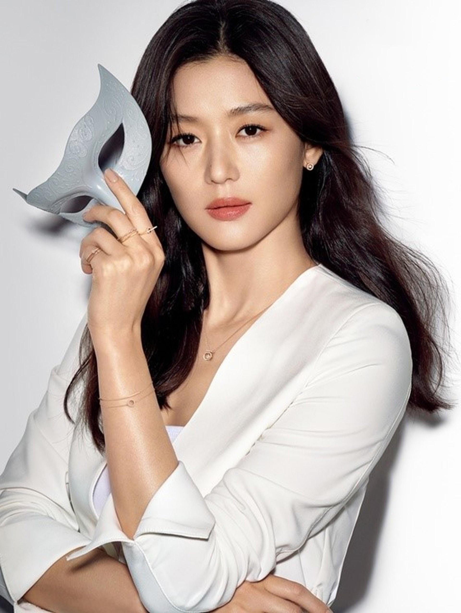 Cô là nữ diễn viên hạng A tại Hàn Quốc.