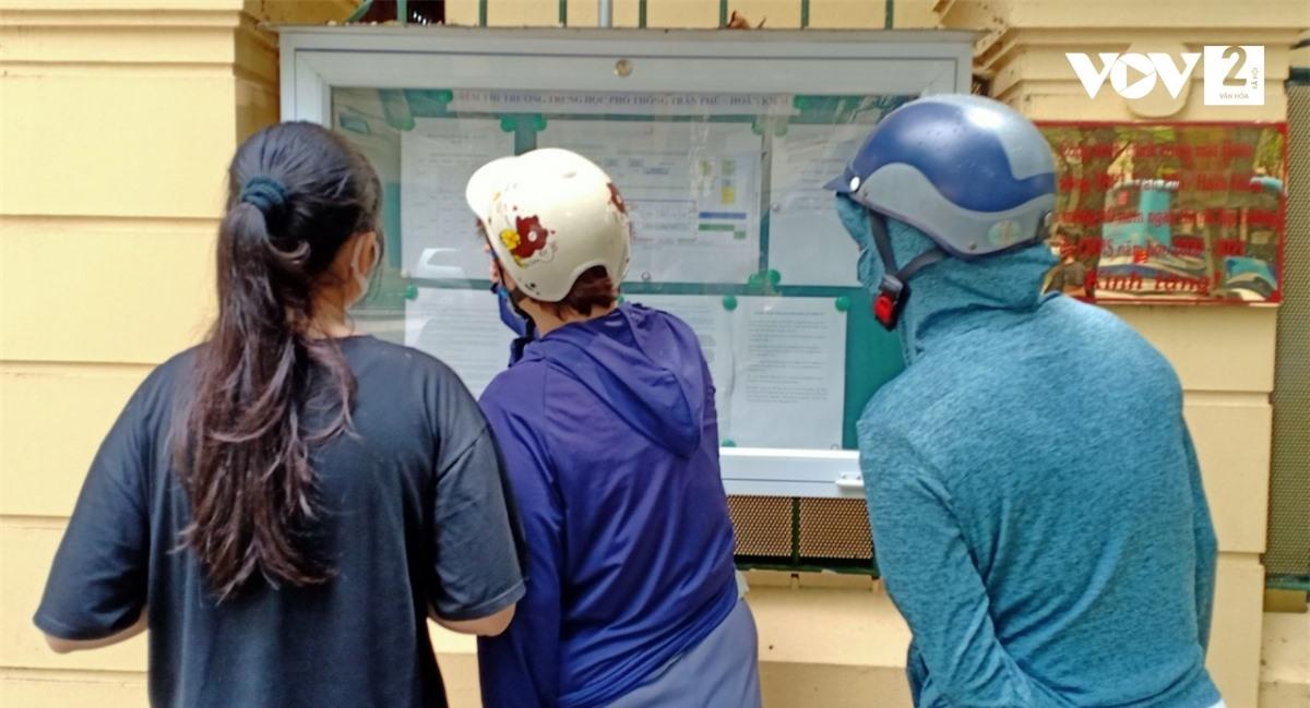 Nhiều thí sinh và phụ huynh vẫn đến điểm thi theo dõi sơ đồ.