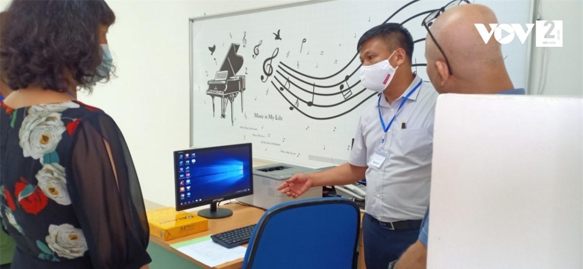 Điểm trường kiểm tra cơ sở vật chất kỹ thuật phục vụ kỳ thi.