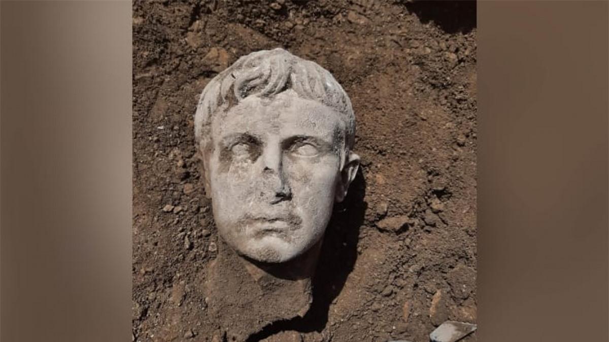 Đầu tượng bằng đá cẩm thạch 2.000 năm tuổi của Hoàng đế Augustus vừa được khai quật. Ảnh: CNN