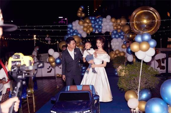 Lộ ảnh hiếm gia đình Hoà Minzy trong tiệc thôi nôi hoành tráng của quý tử hào môn, nhan sắc mẹ bỉm quá đáng gờm! - Ảnh 2.
