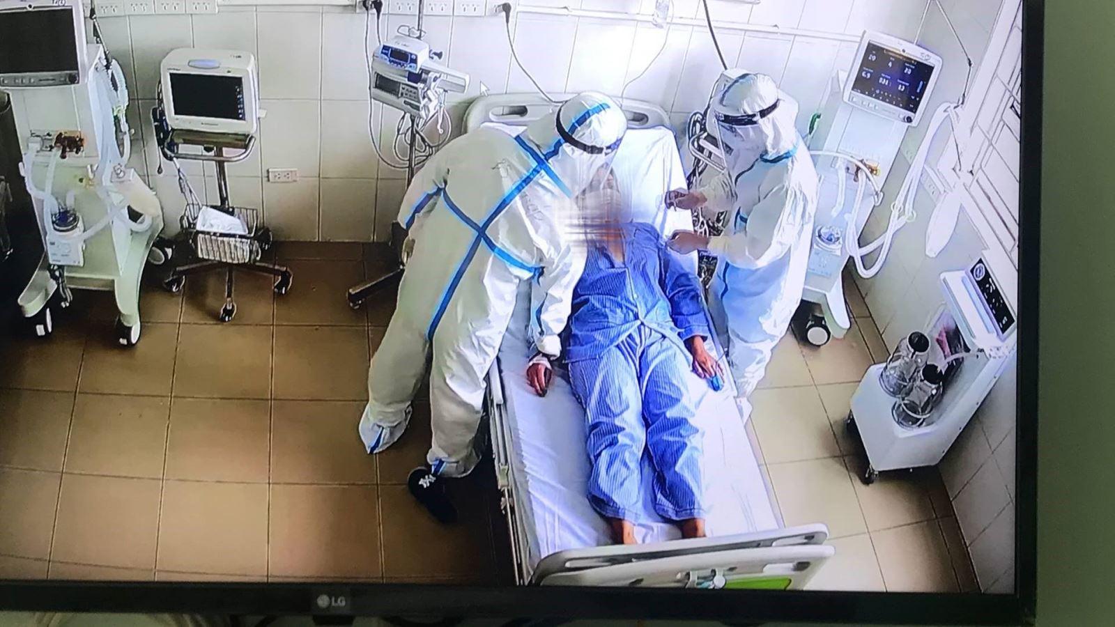 Điều trị bệnh nhân COVID-19 nặng. Ảnh: BYT