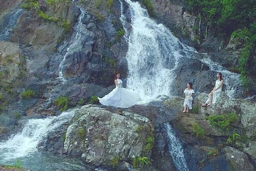 Du khách nghỉ ngơi trên những tảng đá và ngâm chân dưới dòng nước mát lạnh.