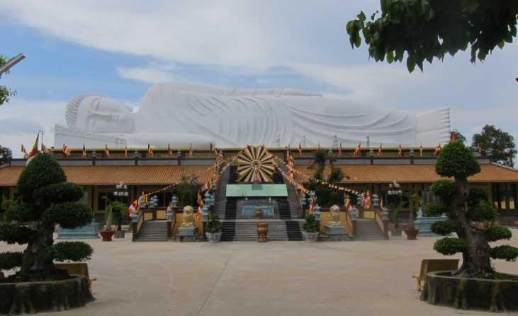 Tượng Phật Thích Ca nhập niết bàn dài 52m trên mái Trường Trung cấp Phật học tỉnh Bình Dương ở TP Thủ Dầu Một. Ảnh: Phanxipăng.