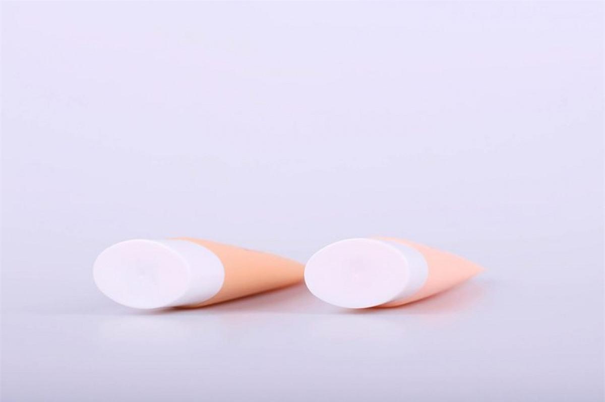 Bắt đầu với primer: Da mụn thường có xu hướng tiết nhiều dầu, do đó lớp makeup rất nhanh bị trôi hoặc nhoèn. Bạn nên dùng primer trước nhất để đảm bảo rằng lớp kem nền giữ được lâu.