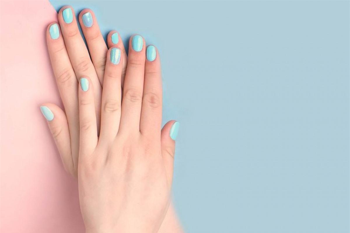 Dùng tay để thoa kem: Trừ khi bạn cực kỳ chắc chắn rằng các dụng cụ trang điểm của mình sạch vi khuẩn, bạn nên rửa sạch tay với xà phòng và sử dụng tay để thoa kem nền và kem che khuyết điểm.