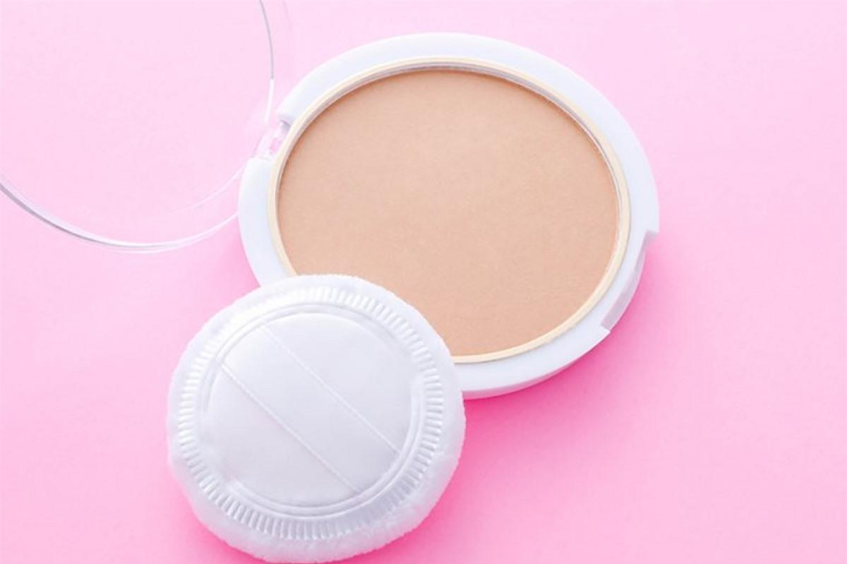 Bắt đầu với lượng kem nhỏ: Việc đắp lớp trang điểm thật dày lên mặt chỉ khiến các khuyết điểm trên khuôn mặt bạn càng rõ rệt. Bạn nên bắt đầu với một lớp kem thật mỏng, sau đó tăng thêm lượng kem ở vị trí cần thiết.