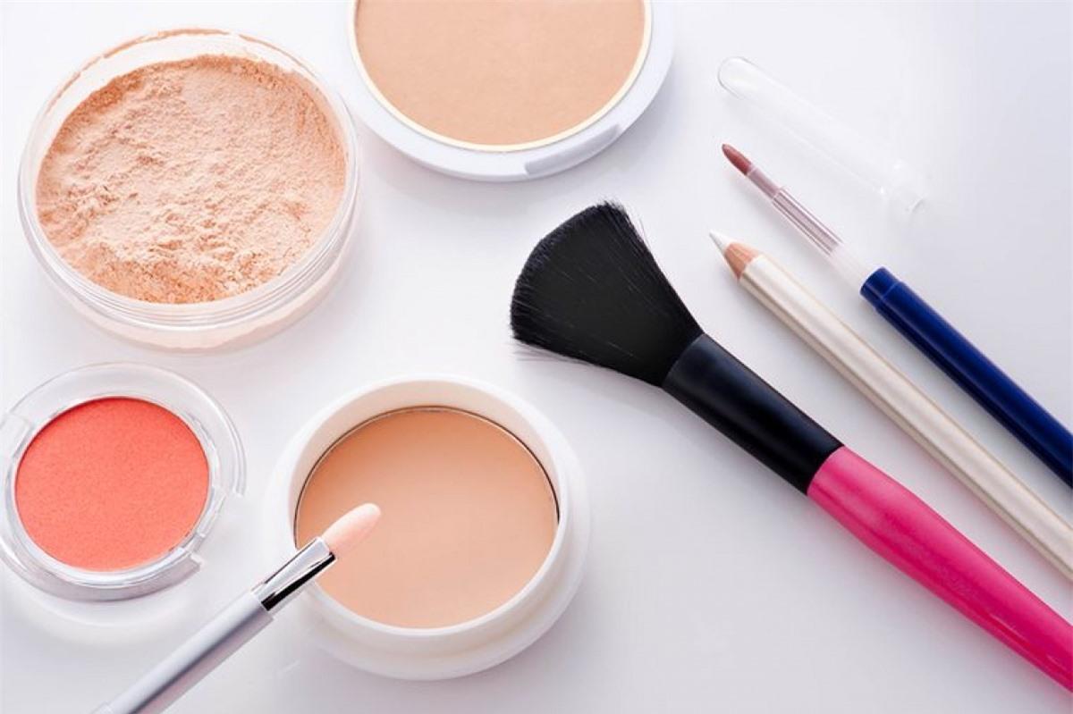 Kiểm tra thành phần phấn bột: Lớp makeup khô và nứt nẻ chỉ khiến các khuyết điểm trên khuôn mặt càng rõ rệt, do đó bạn nên chọn loại phấn bột phù hợp. Để có được lớp trang điểm tự nhiên, hãy chọn các loại phấn chứa nylon và kaolin.