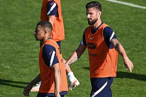 Mbappe 'đá đểu' Giroud trong buổi tập của ĐT Pháp