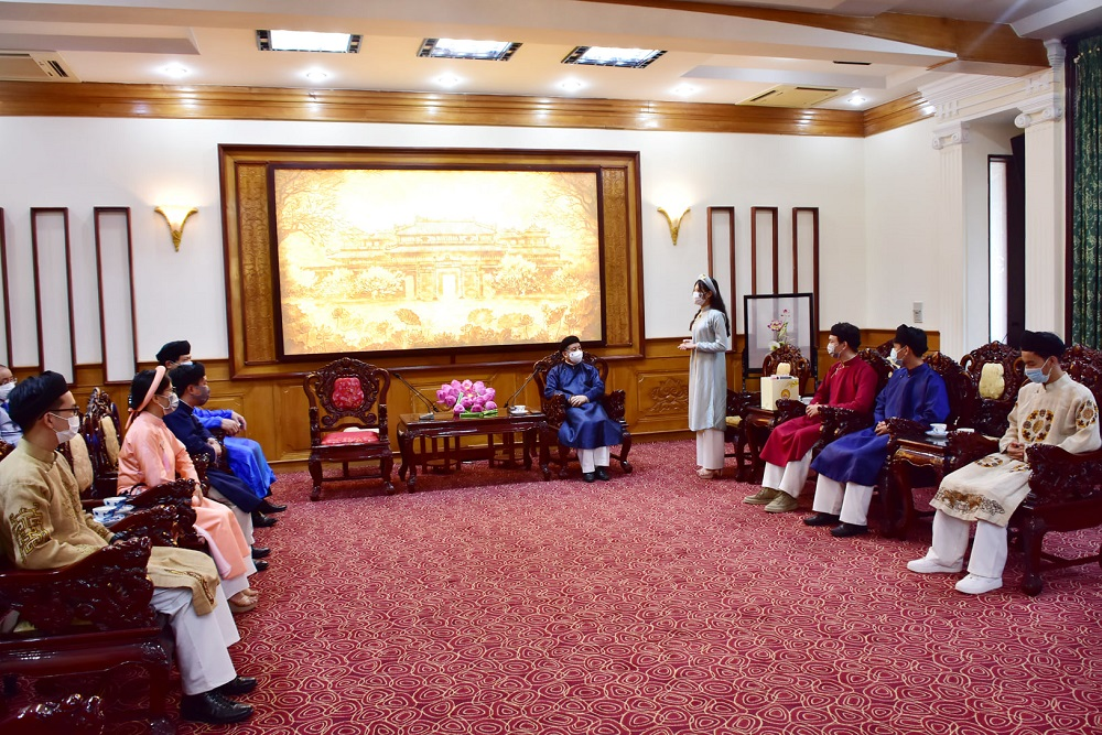 Chủ tịch UBND tỉnh Thừa Thiên Huế Phan Ngọc Thọ giao lưu cùng các em học sinh tại phòng khách quốc tế.