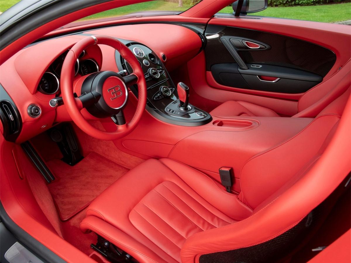 Chiếc Veyron này sở hữu ngoại thất hoàn toàn màu đen với thân xe màu đen mờ và bộ vành đúc màu đen bóng. Cùm phanh màu đỏ nổi bật.
