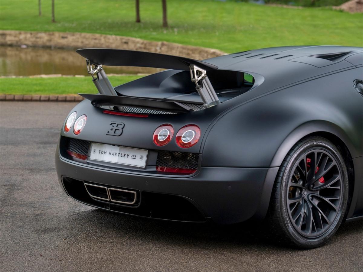 Vậy Veyron Super Sport có gì đặc biệt? Dành cho người mới, nó đã từng giữ kỷ lục là chiếc xe sản xuất thương mại nhanh nhất mọi thời đại vào năm 2010, đạt tốc độ kỷ lục 431,072 km/h.