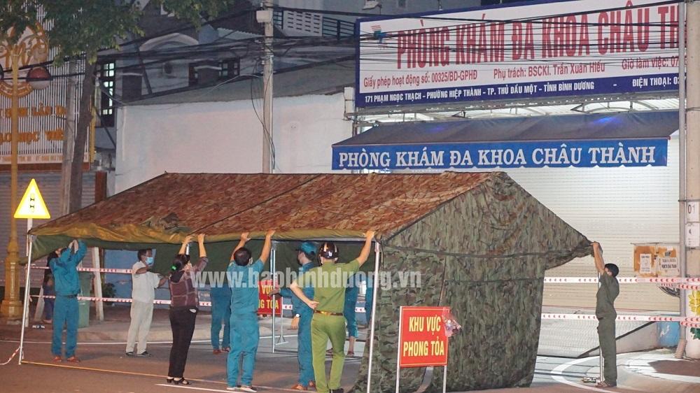 Lực lương chức năng lập chốt bảo vệ khu vực cách ly y tế Phòng khám Đa khoa Châu Thành. (Ảnh: Báo Bình Dương)