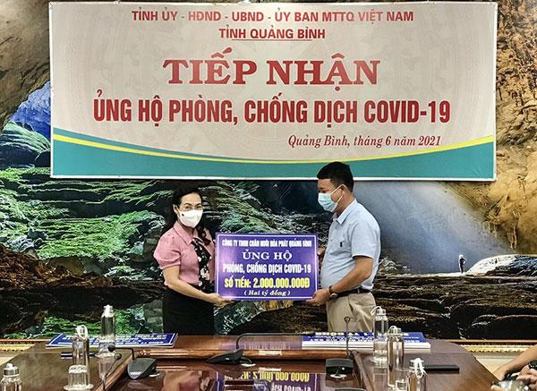 Công ty TNHH chăn nuôi Hòa Phát Quảng Bình ủng hộ quỹ với số tiền 2 tỷ đồng