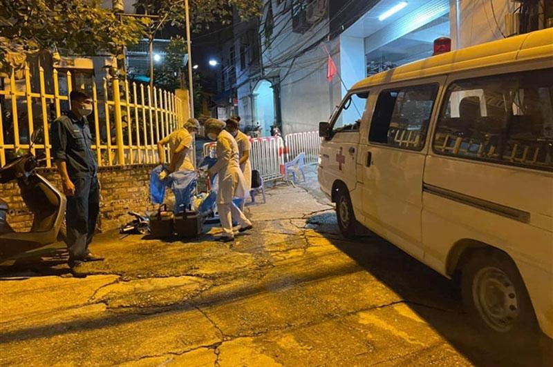 Nhân viên y tế có mặt tại nơi ca dương tính với SARS-CoV-2 sinh sống. Ảnh: VTC News.