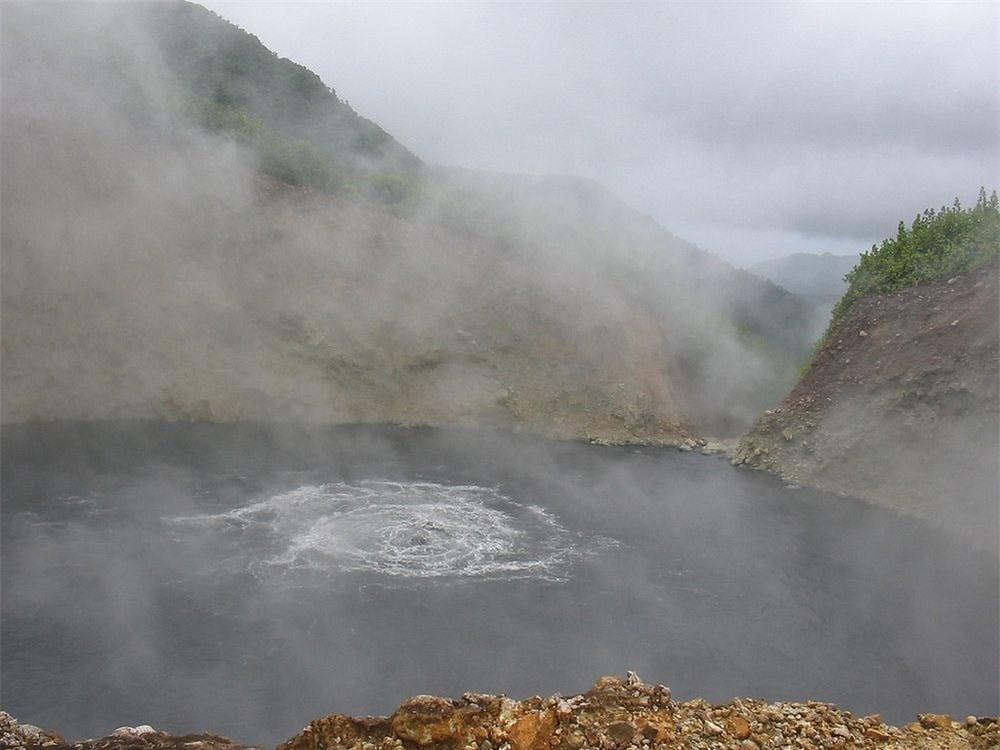 Khám phá hồ nước sôi sùng sục, nước nóng bỏng nhất thế giới 1