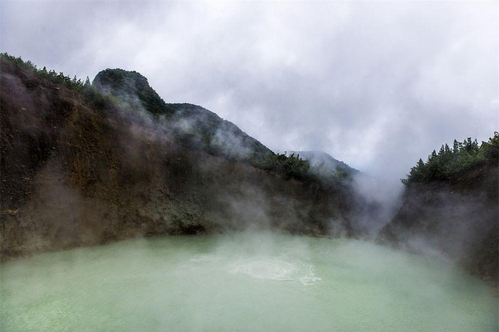 Khám phá hồ nước sôi sùng sục, nước nóng bỏng nhất thế giới 3