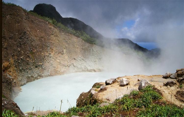 Khám phá hồ nước sôi sùng sục, nước nóng bỏng nhất thế giới 4