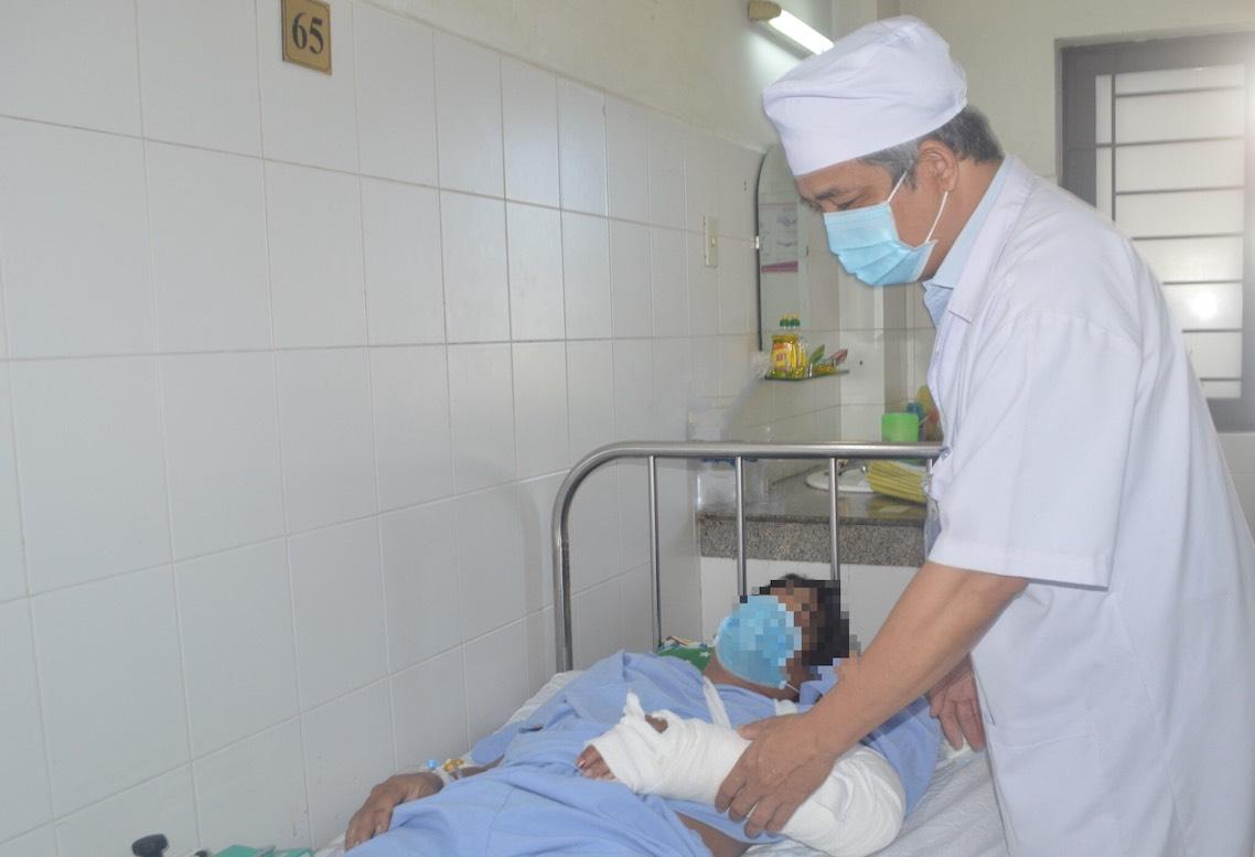 Sắp tới, các bác sĩ sẽ tiến hành tập vật lí trị liệu, phục hồi chức năng chi bị đứt lìa cho bệnh nhân.