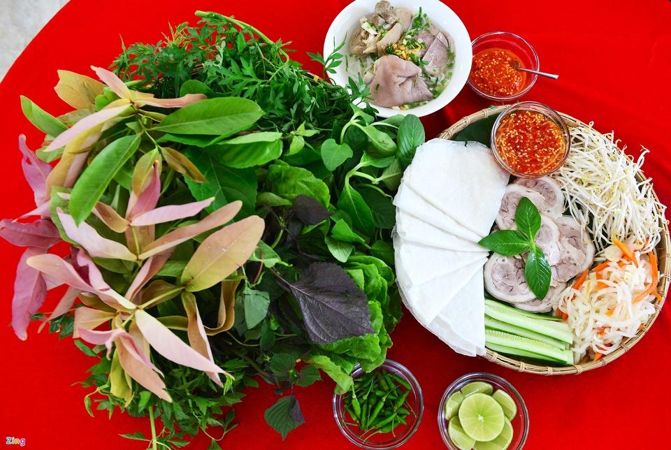 Bánh tráng phơi sương ở làng nghề truyền thống Trảng Bàng là một trong những đặc sản nổi tiếng của Tây Ninh. Bánh có vị mặn, hơi dẻo, màu trắng đục, có thể sử dụng trực tiếp không cần nướng giòn. Du khách đến thị xã Trảng Bàng có cơ hội thưởng thức đặc sản bánh tráng phơi sương cuốn thịt heo, ăn kèm các loại rau rừng, giá, dưa leo, hành muối... Ảnh: Lê Quân.