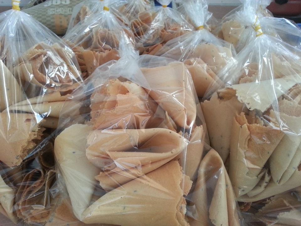 Làng nghề bánh tráng giấy Tường Lộc thuộc huyện Tam Bình, tỉnh Vĩnh Long, đã tồn tại và phát triển trên 30 năm. Loại bánh tráng giấy nơi đây nổi tiếng thơm ngon, giòn béo, mùi vị đặc trưng. Nguyên liệu chính để làm bánh là bột mì, nước cốt dừa, đường cát, trứng và mè đen được pha trộn theo công thức đặc biệt. Ảnh: Bánh Xếp Vĩnh Long.