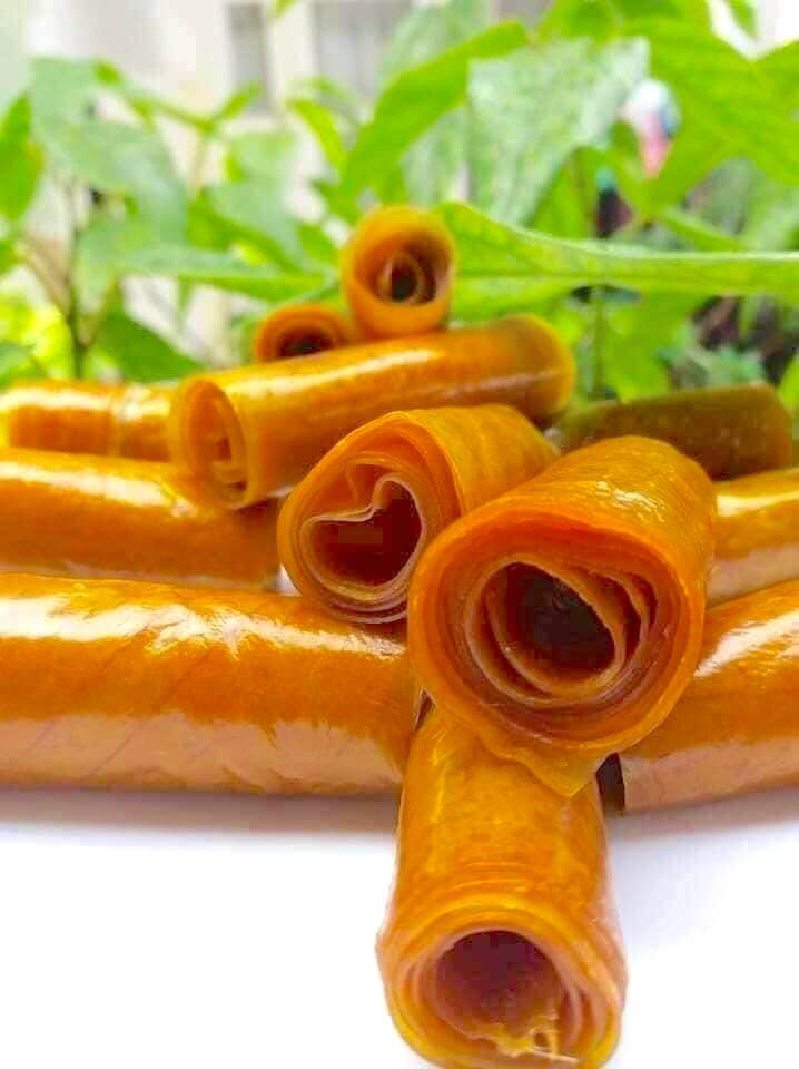 Du khách khi đến Khánh Hòa không thể bỏ qua đặc sản bánh tráng xoài được làm chủ yếu từ trái xoài chín và mạch nha. Thức quà này có vị chua thanh, ngọt dịu. Ngoài ra, kích thước nhỏ gọn và mức giá hợp lý cũng là yếu tố quan trọng hút khách chọn mua làm quà. Ảnh: Taki Food.