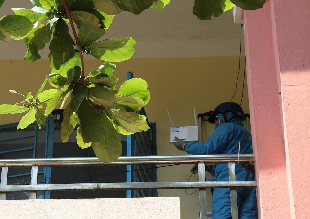 Nhân viên VNPT lắp đặt camera giám sát tại khu cách ly y tế tập trung.