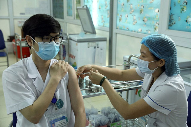 Bộ Y tế đề nghị hoàn thành tiêm vaccine phòng COVID-19 đợt 3 trước 15/8
