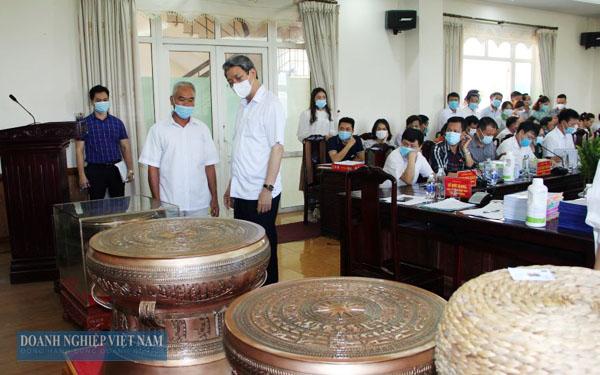 Ông Lê Đức Giang - Tỉnh uỷ viên, Phó Chủ tịch UBND tỉnh xem xét, đánh giá sản phẩm tại Hội nghị.