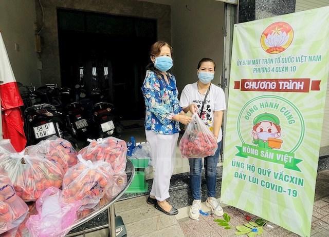 Phường 4, Quận 10 mở điểm tiêu thụ nông sản vải thiều cho nông dân ở Bắc Giang.