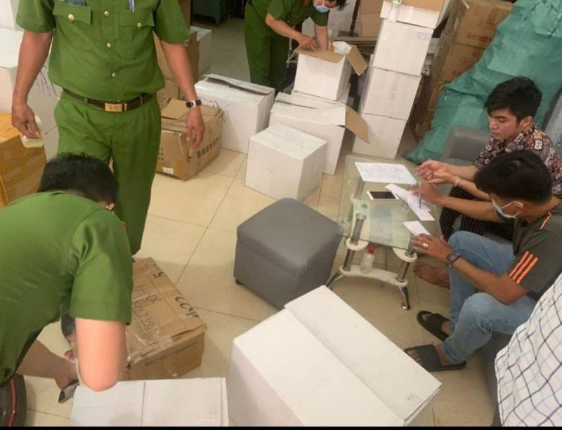 Cơ quan chức năng kiểm tra Công ty Hana Miss phát hiện lô mỹ phẩm không rõ nguồn gốc. (Ảnh: Công an cung cấp).