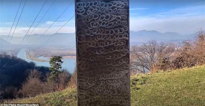 Cột kim loại bí ẩn bốc hơi khỏi sa mạc Mỹ, xuất hiện gần pháo đài Romania - Ảnh 2.