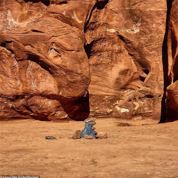 Cột kim loại bí ẩn bốc hơi khỏi sa mạc Mỹ, xuất hiện gần pháo đài Romania - Ảnh 4.