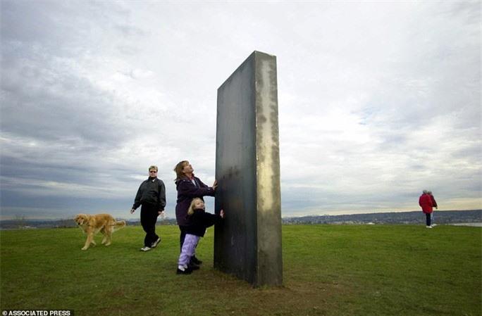 Cột kim loại bí ẩn bốc hơi khỏi sa mạc Mỹ, xuất hiện gần pháo đài Romania - Ảnh 5.