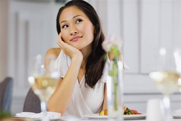 Đưa 10 triệu/tháng nhưng mẹ chồng vẫn cho ăn đạm bạc, sau 2 ngày tôi về ngoại trở lại, nhìn mâm cơm mẹ chồng chuẩn bị mà phải há hốc kinh ngạc - Ảnh 1.