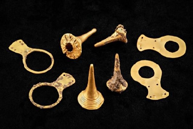 Những đồ tạo tác bằng vàng kỳ lạ được tìm thấy trong các ngôi mộ cổ ở Hungary.