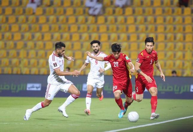 Các cầu thủ UAE áp sát ngay bên phần sân Việt Nam. Ảnh: Hữu Phạm