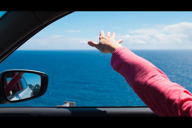 Vì sao không nên hạ kính cửa sổ khi xe đang chạy?